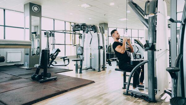 Un hombre haciendo ejercicio - Sputnik Mundo