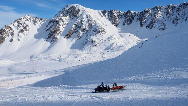 Un equipo de rescate durante una operación en una montaña de los Pirineos en 2017 (referencial) - Sputnik Mundo