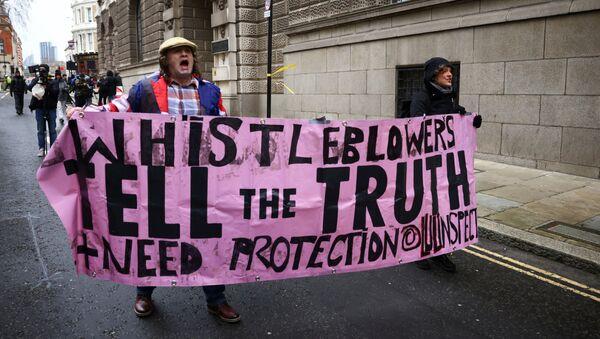 Сторонники основателя WikiLeaks Джулиана Ассанжа на акции в его поддержку у Центрального суда в Лондоне - Sputnik Mundo