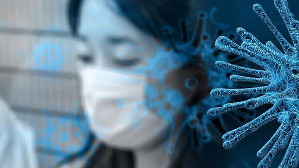 Una mujer con mascarilla y un virus (imagen referencial) - Sputnik Mundo