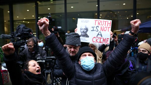 Partidarios de Julian Assange celebran la 'victoria' judicial contra EEUU - Sputnik Mundo