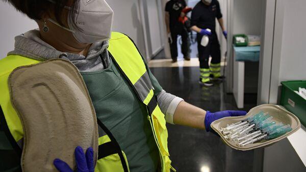 Vacunas contra el coronavirus de Pfizer antes de vacunar a los trabajadores de la salud, en Pamplona, en el norte de España - Sputnik Mundo