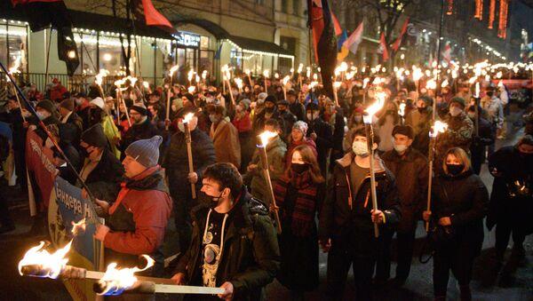 Una marcha en Kiev en honor a Stepán Bandera, el 1 de enero de 2020 - Sputnik Mundo