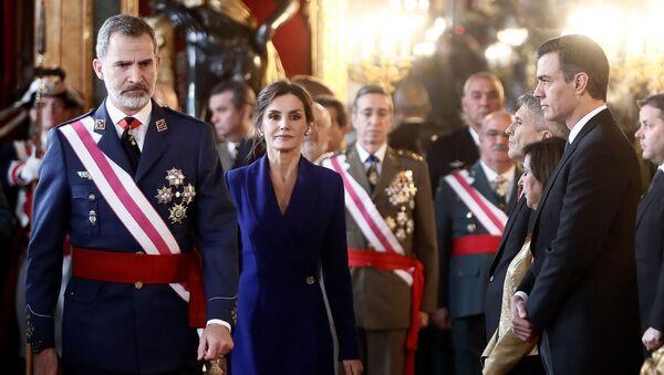 Felipe VI y doña Letizia junto a Pedro Sánchez durante la Pascua Militar de 2020 - Sputnik Mundo