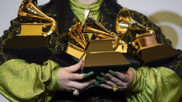 Billie Eilish con unas estatuillas Grammy en las manos, en 2020 - Sputnik Mundo