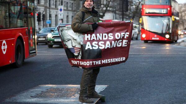 Un partidario del fundador de WikiLeaks, Julian Assange - Sputnik Mundo