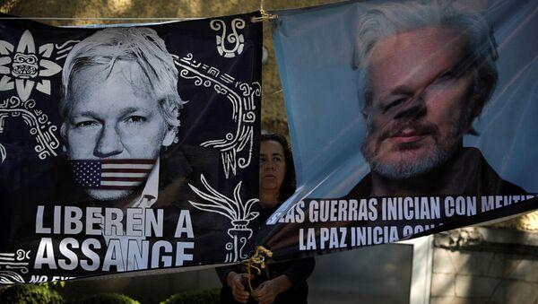 Pancartas a favor de liberación del fundador de WikiLeaks, Julian Assange  - Sputnik Mundo