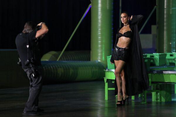 Irina reconoce que no tenía un talento innato para el modelaje, sino que lo obtuvo con el paso de los años. Cuando empecé, no estaba segura de nada, no sabía cómo moverme, no entendía lo que estaba pasando. Pero estaba aprendiendo a comportarme frente a la cámara, a tener confianza, aseguró un día la estrella. En la foto, Irina Shayk presenta una colección de la marca de lencería de Savage x Fenty de la cantante Rihanna (Los Ángeles, 2020). - Sputnik Mundo