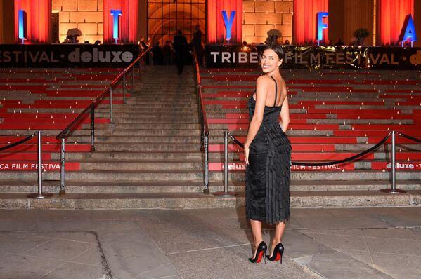 La supermodelo rusa tiene un buen sentido del estilo, esto lo destacan sus colegas y los paparazzi. En cualquier foto Shayk sale como si participase en una campaña publicitaria. En la foto: Irina Shayk atiende a la fiesta de Vanity Fair celebrada en 2015 en Nueva York. - Sputnik Mundo