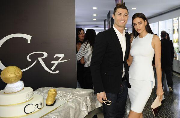 Cristiano Ronaldo y Irina Shayk posan durante la inauguración en Madeira (Portugal) del museo CR7 dedicado a la carrera profesional del futbolista portugués. - Sputnik Mundo