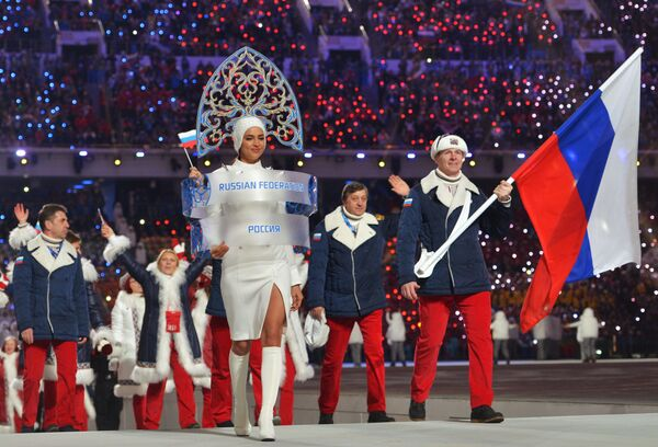 Irina es una verdadera embajadora de la cultura rusa en el extranjero. En las entrevistas casi siempre asegura estar orgullosa de sus raíces. En 2014 participó en la apertura de los Juegos Olímpicos de Invierno en Sochi. En la foto: Irina Shayk y el deportista ruso Alexandr Zubkov durante la ceremonia. - Sputnik Mundo