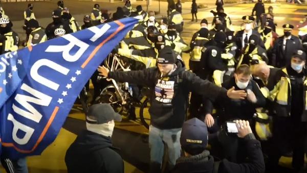 Tensión en Washington: los partidarios de Trump se enfrentan a la Policía  - Sputnik Mundo