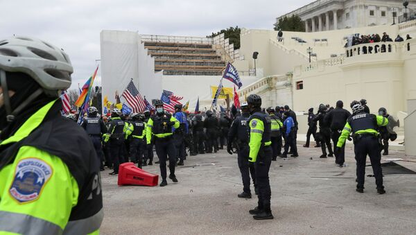 Partidarios de Trump cerca de Capitolio  - Sputnik Mundo