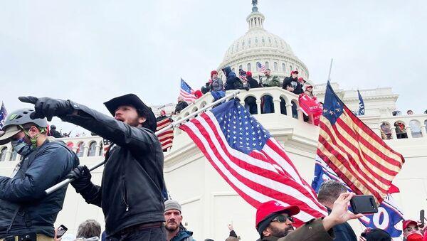 Manifestantes frente al Capitolio - Sputnik Mundo