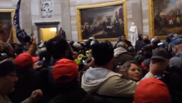 Caos en Washington: las imágenes del asalto al Capitolio dan la vuelta al mundo - Sputnik Mundo