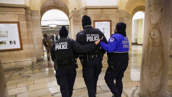 Efectivos de la Policía del Capitolio durante el asalto al edificio del 6 de enero de 2021 - Sputnik Mundo