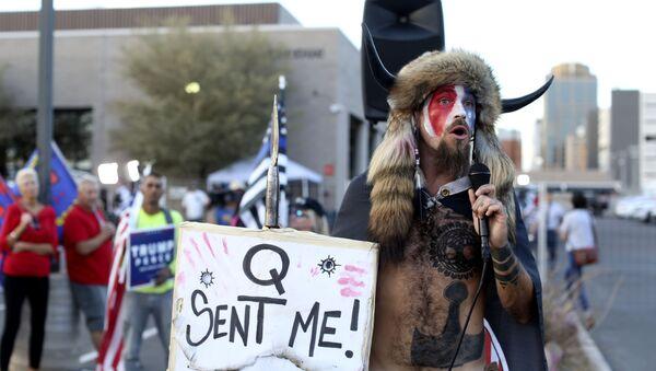 Jake Angeli, conocido como Yellowstone Wolf, en una protesta de Estados Unidos - Sputnik Mundo