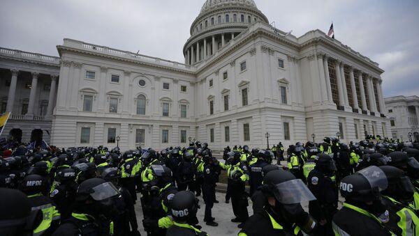 Policías frente al Capitolio en Washington - Sputnik Mundo