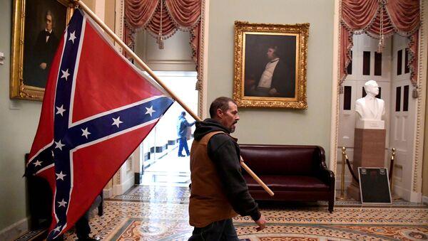 Manifestante pro-Trump dentro del Capitolio - Sputnik Mundo