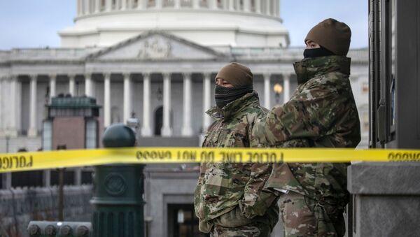 Las tropas de la Guardia Nacional vigilan el Capitolio de EEUU, Washington DC, el 8 de enero de 2021 - Sputnik Mundo