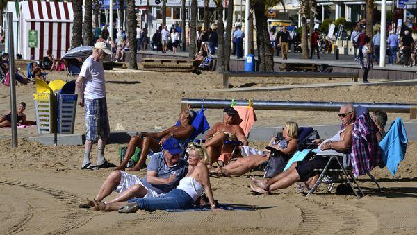 Un grupo de británicos en la playa de Benidorm, en la provincia española de Alicante - Sputnik Mundo