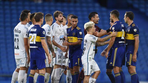Futbolistas de Santos y Boca Juniors durante la semifinal de la Copa Libertadores de 2020 - Sputnik Mundo