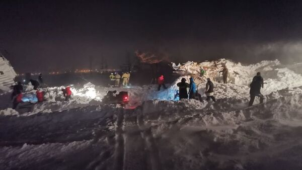 Operación de rescate tras una avalancha en Norisk, Rusia - Sputnik Mundo
