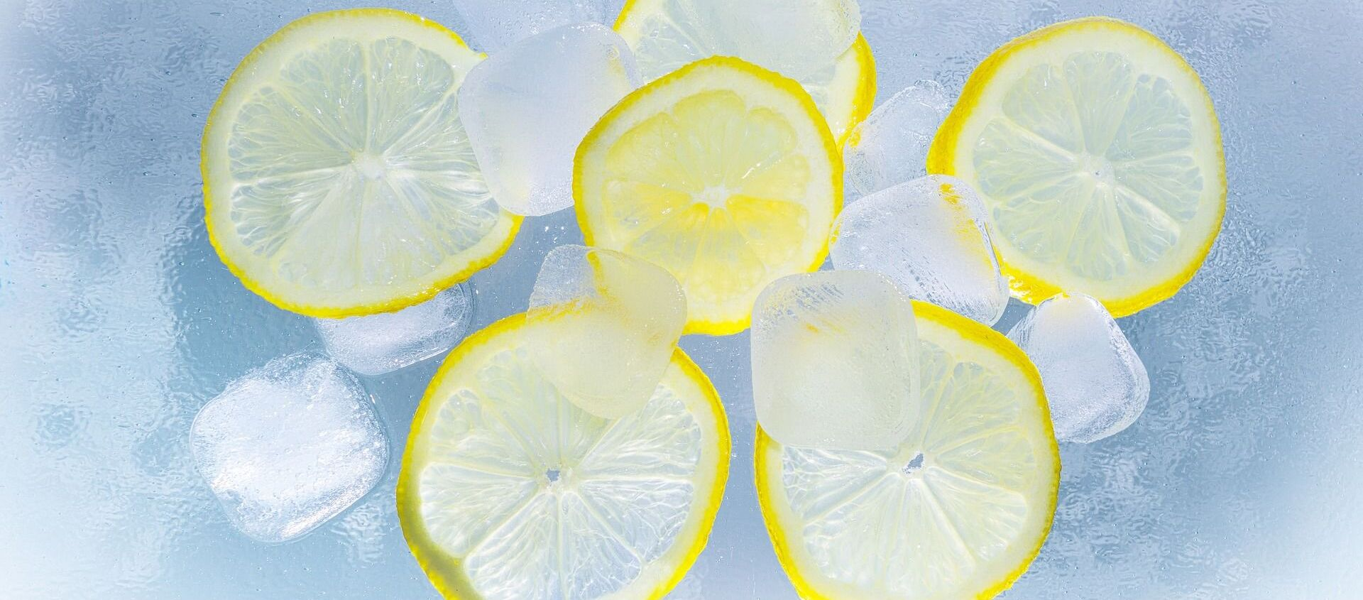 Unos cubitos de hielos y unas rodajas de limón (imagen referencial) - Sputnik Mundo, 1920, 09.01.2021