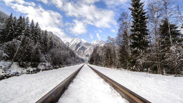 Un ferrocarril en invierno (imagen referencial) - Sputnik Mundo