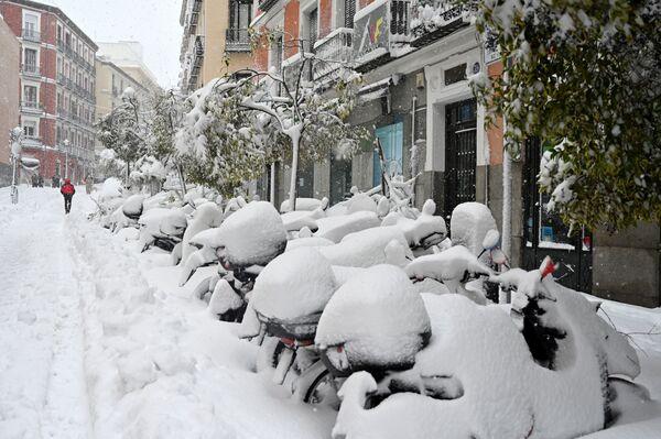 Unas motocicletas cubiertas de nieve en Madrid tras el temporal de nieve, lluvia y viento que azotó la capital española. - Sputnik Mundo