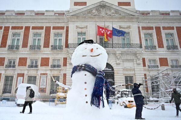 Un muñeco de nieve en la Puerta del Sol de Madrid. - Sputnik Mundo