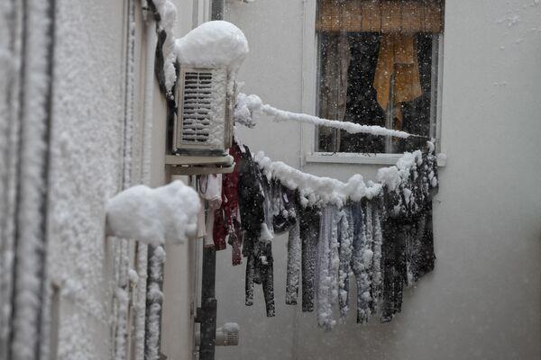 Unas ropas congeladas cuelgan de un tendedero del lado de fuera de la ventana de un apartamento en Madrid. - Sputnik Mundo