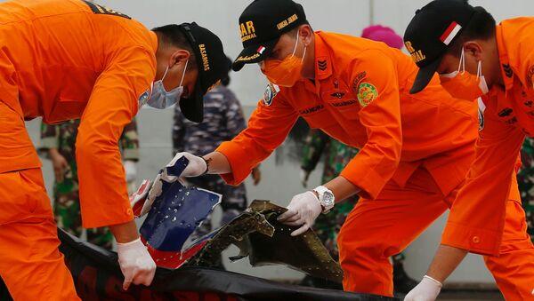 Следователи осматривают обломки, обнаруженные в водах у острова Ява после крушения пассажирского самолета Sriwijaya Air - Sputnik Mundo