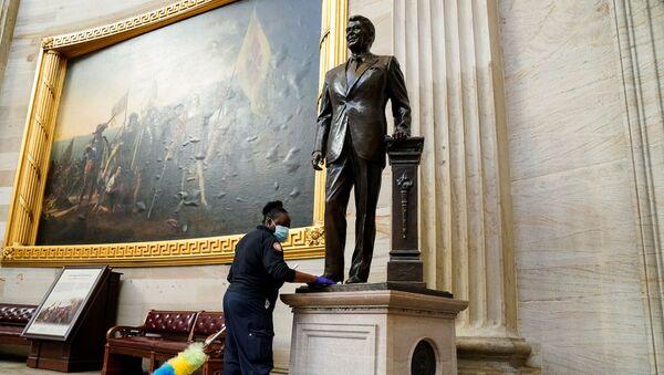 Tras un violento asalto, el Capitolio se prepara para la toma de posesión de Biden - Sputnik Mundo