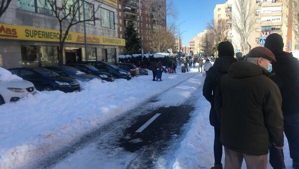 Largas filas para entrar en un supermercado de Madrid tras el temporal - Sputnik Mundo