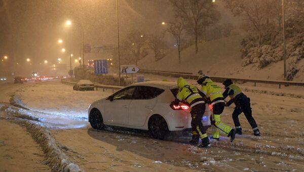 Labores de rescate de un vehículo atascado en Madrid - Sputnik Mundo