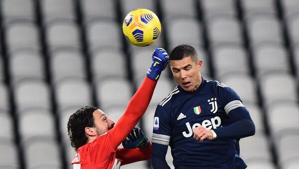 El delantero portugués de Juventus Cristiano Ronaldo se eleva por encima del portero de Sassuolo, Andrea Consigli, durante un partido - Sputnik Mundo
