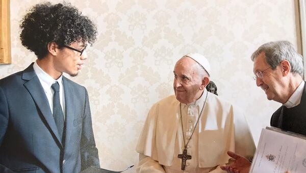 Efraín Dawkins en su encuentro con el papa Francisco en el Vaticano - Sputnik Mundo