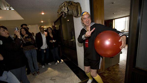 El actor mexicano Carlos Villagrán interpretando el persona de Quico durante un evento en 2008 - Sputnik Mundo