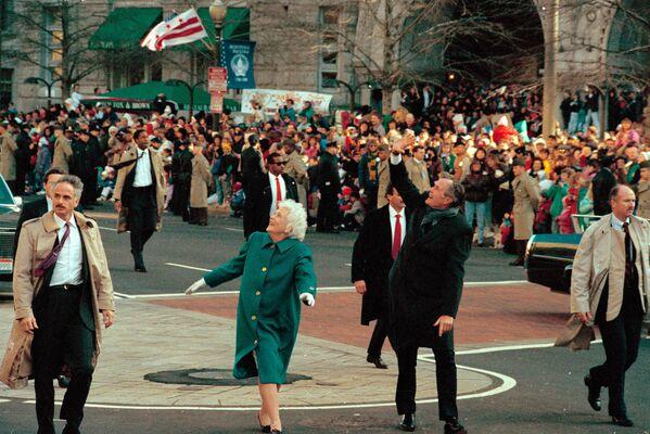 La ceremonia de toma de posesión de George H. W. Bush, se llevó a cabo el 20 de enero de 1989. Bush fue el primer vicepresidente en funciones en convertirse presidente desde Martin van Buren, en 1837. El gran número de personas que asistió al evento de investidura del republicano hizo que el metro de Washington estableciera el récord de 604.089 viajes en un único día.En la foto: George H. W. Bush y su esposa, Barbara Bush, saludan a la multitud en la avenida Pennsylvania tras su investidura como el 41.º presidente de Estados Unidos.  - Sputnik Mundo