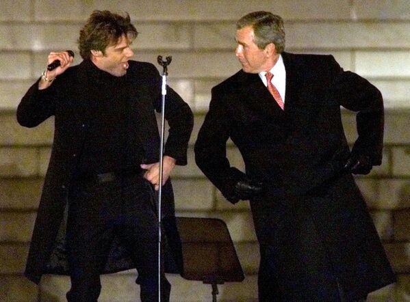 Ochos años después de que George H. W. Bush concluyera su mandato, su hijo mayor, George W. Bush, asumió la Presidencia de EEUU. La ceremonia de investidura se celebró el 20 de enero de 2001 y fue asistida por unas 300.000 personas.En la foto: el entonces presidente electo George W. Bush baila con el cantante Ricky Martin durante una celebración en el Lincoln Memorial, en Washington, a días de su investidura. - Sputnik Mundo