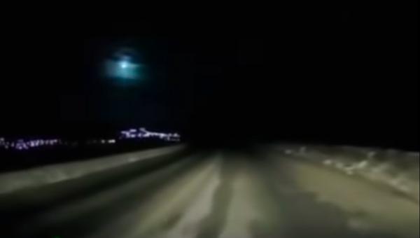 El momento en el que un meteoroide cae en el Lejano Oriente de Rusia - Sputnik Mundo