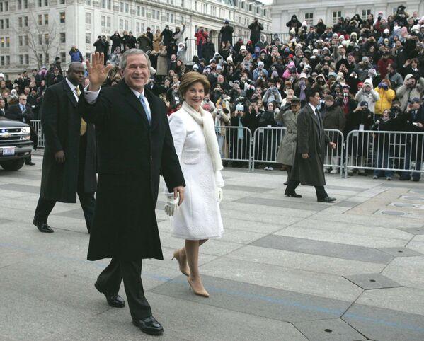 Tras los atentados del 11S, la seguridad se convirtió en una preocupación todavía mayor en la segunda ceremonia de investidura de George W. Bush. La ruta del desfile inaugural, así como otros sitios relacionados con la ceremonia, fueron protegidos por cerca de 13.000 policías y soldados. La toma de posesión contó también con patrullas aéreas en helicópteros y aviones de combate, así como numerosos francotiradores en los tejados.En la foto: acompañados de miembros del servicio secreto, el presidente George W. Bush y la primera dama, Laura Bush, caminan durante el desfile inaugural frente a la Casa Blanca - Sputnik Mundo