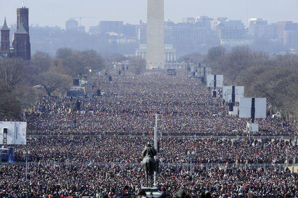 La ceremonia de toma de posesión del primer presidente afroestadounidense en la historia de EEUU tuvo una asistencia récord. El 20 de enero de 2009, más de un millón de personas se reunieron cerca del Capitolio de EEUU para ver de cerca la investidura de Barack Obama.En la foto: el público presente en la primera ceremonia de investidura de Barack Obama - Sputnik Mundo