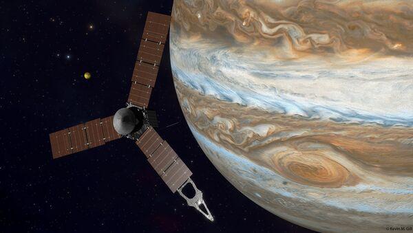 La nave espacial Juno de la NASA y Júpiter (ilustración artística) - Sputnik Mundo