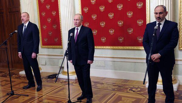 El presidente de Azerbaiyán, Ilham Alíyev, el presidente de Rusia, Vladímir Putin, y el primer ministro de Armenia, Nikol Pashinián - Sputnik Mundo