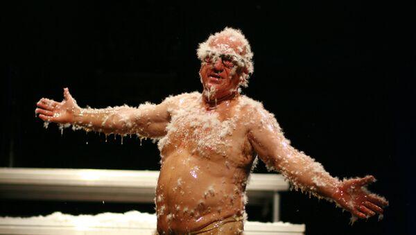 El bufón Leo Bassi, durante la representación de su obra '¡Pandemia! El acojonavirus' - Sputnik Mundo