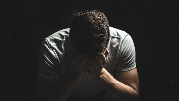 Un hombre triste (imagen referencial) - Sputnik Mundo