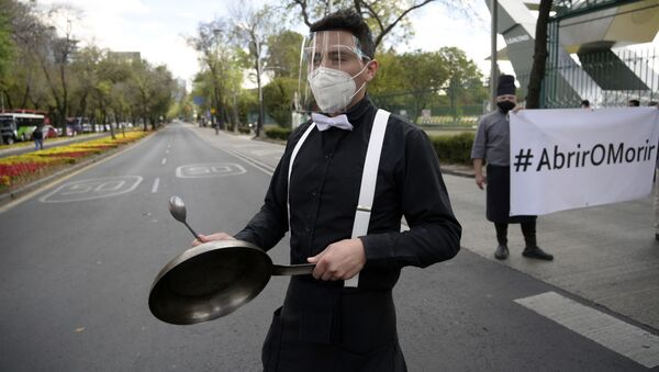 Un trabajador del sector restaurantero toma parte del movimiento #AbrirOMorir que exige la apertura de restaurantes en la Ciudad de México - Sputnik Mundo