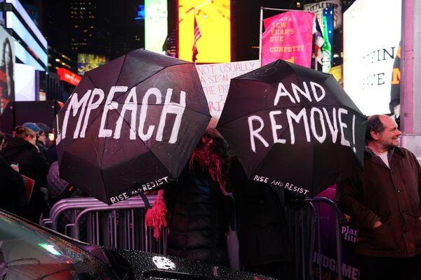 En diciembre de 2019 tuvo lugar el primer intento de destituir a Trump. En aquel momento, se le acusó de presionar al presidente ucraniano, Volodímir Zelenski, para que iniciara una investigación anticorrupción sobre el hijo de Joe Biden. Sin embargo, el Senado, que tenía una mayoría de republicanos, exoneró a Trump. En la foto: una manifestación por el juicio político a Donald Trump en Times Square en Nueva York, diciembre de 2019. - Sputnik Mundo